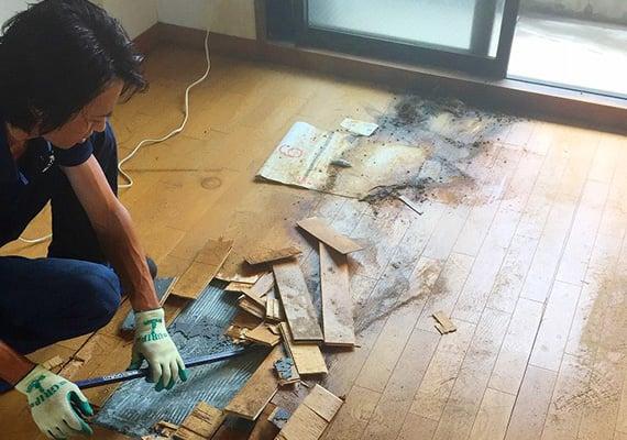 汚損された部屋の消臭・消毒作業